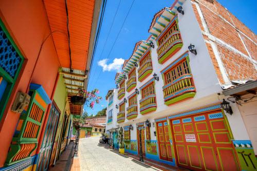 Khám phá thị trấn sắc màu nhất thế giới - 3