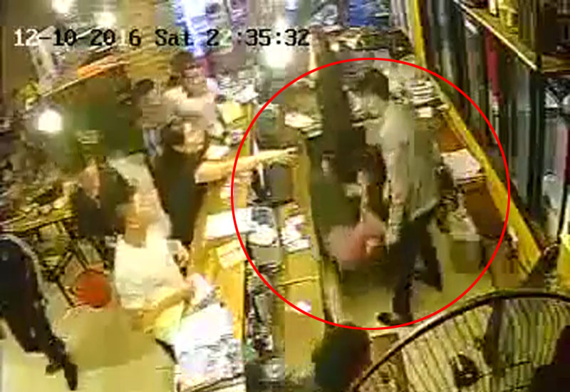 Clip: Nữ nhân viên nhà hàng bị khách giật tóc, đánh vào mặt - 1