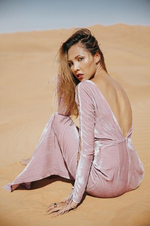 Minh Triệu khoe chân dài miên man giữa sa mạc thiêu đốt - 8