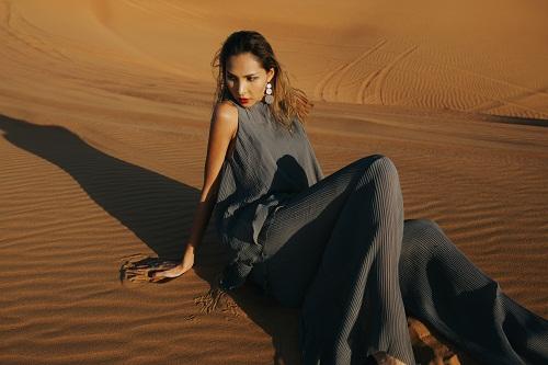 Minh Triệu khoe chân dài miên man giữa sa mạc thiêu đốt - 11