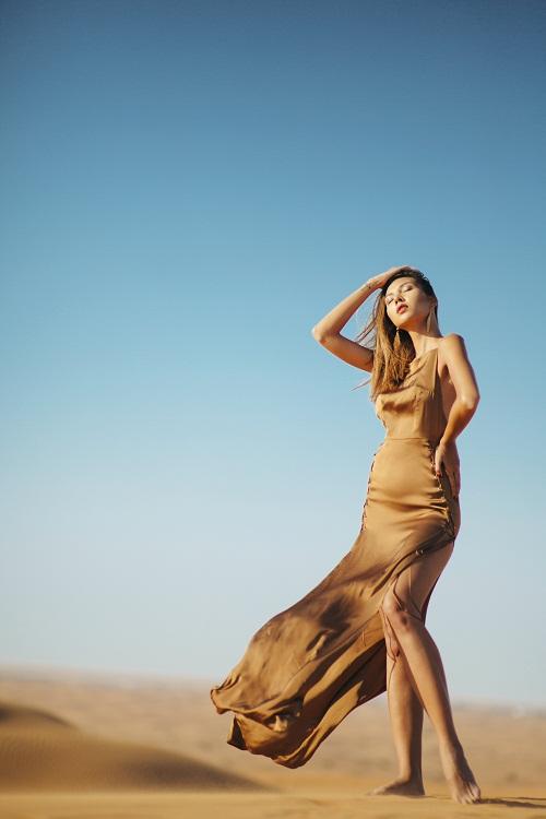 Minh Triệu khoe chân dài miên man giữa sa mạc thiêu đốt - 12