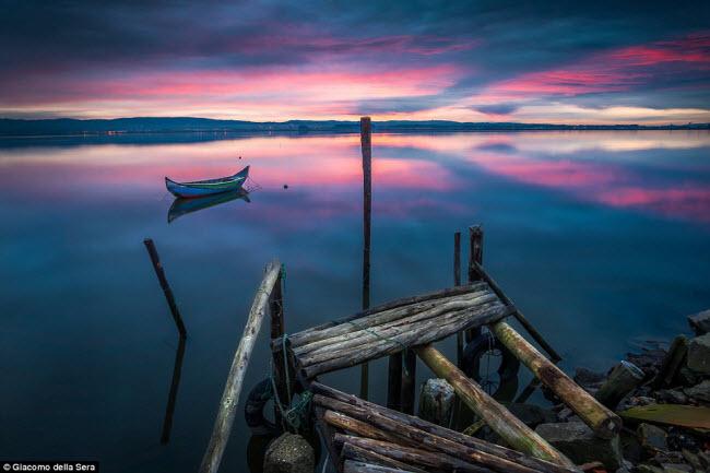 Bức ảnh ấn tượng nhất năm 2016 trên mạng xã hội Flickr, ghi lại khoảnh khắc chiếc thuyền nhỏ nằm trên mặt nước yên tĩnh lúc hoàng hôn dưới hồ Aveira ở Bồ Đào Nha.