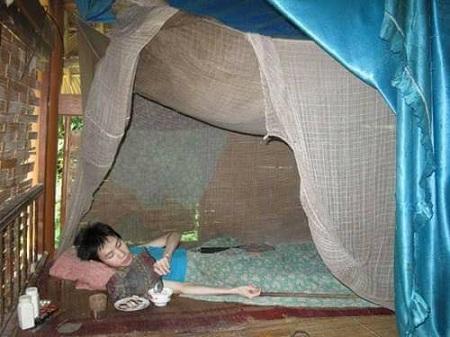Xót xa chàng trai 10 năm liệt giường, cơ thể lở loét - 1