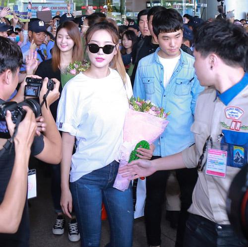 Nhóm nữ 18+ xứ Hàn gây náo loạn sân bay Tân Sơn Nhất - 4
