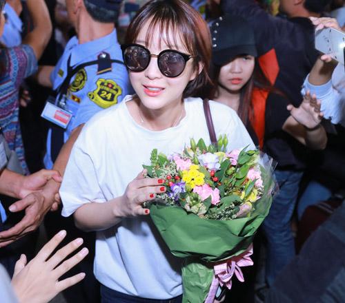 Nhóm nữ 18+ xứ Hàn gây náo loạn sân bay Tân Sơn Nhất - 5