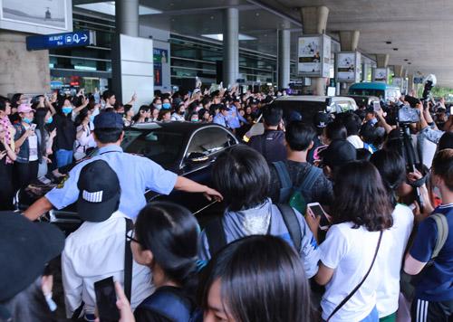 Nhóm nữ 18+ xứ Hàn gây náo loạn sân bay Tân Sơn Nhất - 8