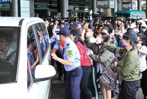 Nhóm nữ 18+ xứ Hàn gây náo loạn sân bay Tân Sơn Nhất - 7