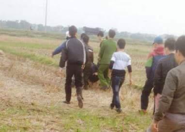 Bị dân truy đuổi, nghi phạm trộm chó ngã lăn ra đường - 1