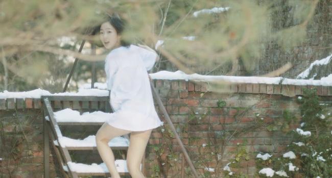 """Bae Seul Ki sinh năm 1986, được xếp vào hàng mỹ nhân trẻ tuổi nhưng táo bạo đóng cảnh nóng. Cô được nhắc tới nhiều nhất qua vai diễn """"yêu"""" một cụ ông 73 tuổi trong phim Bông hoa ước vọng."""