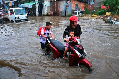 """Người Sài Gòn """"bơi"""" về nhà dù trời không mưa - 2"""