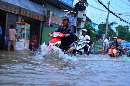 """Người Sài Gòn """"bơi"""" về nhà dù trời không mưa - 1"""