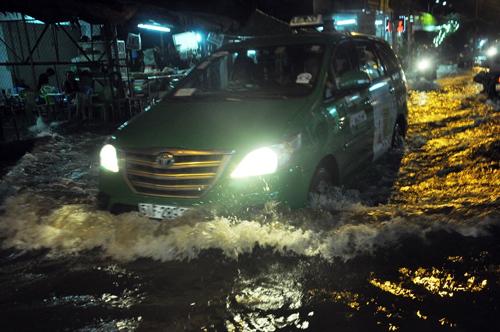 """Người Sài Gòn """"bơi"""" về nhà dù trời không mưa - 7"""