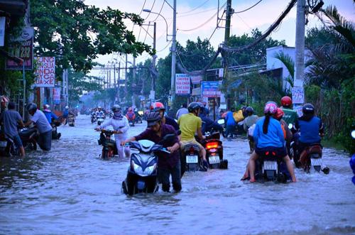 """Người Sài Gòn """"bơi"""" về nhà dù trời không mưa - 3"""