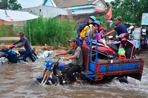 """Người Sài Gòn """"bơi"""" về nhà dù trời không mưa - 4"""