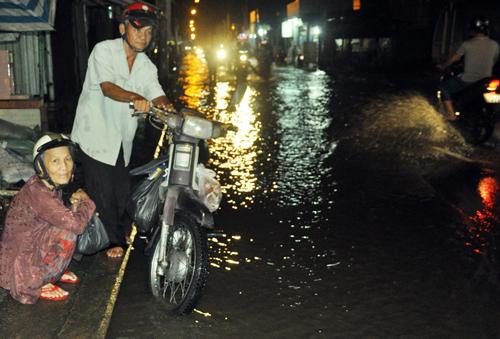 """Người Sài Gòn """"bơi"""" về nhà dù trời không mưa - 10"""