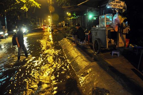 """Người Sài Gòn """"bơi"""" về nhà dù trời không mưa - 12"""