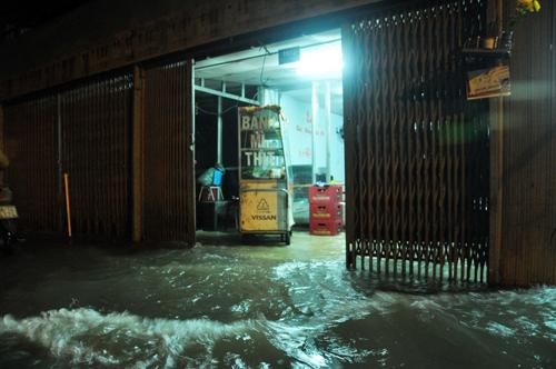 """Người Sài Gòn """"bơi"""" về nhà dù trời không mưa - 8"""