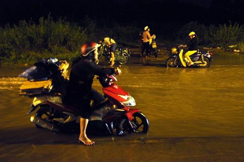 """Người Sài Gòn """"bơi"""" về nhà dù trời không mưa - 14"""