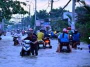 """Người Sài Gòn """"bơi"""" về nhà dù trời không mưa"""