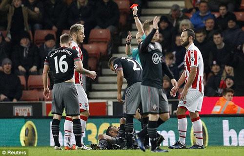 Stoke City - Southampton: Oằn mình vì thẻ đỏ - 1