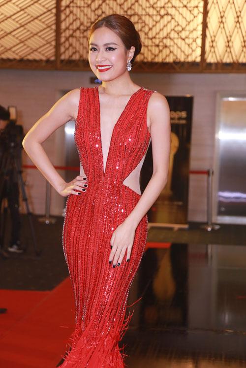 Hoàng Thuỳ Linh diện váy xẻ sâu tại lễ trao giải âm nhạc - 1
