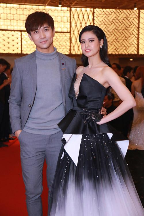 Hoàng Thuỳ Linh diện váy xẻ sâu tại lễ trao giải âm nhạc - 6
