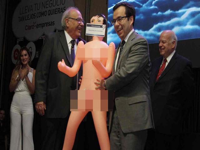 Chile dậy sóng vì màn tặng búp bê tình dục cho bộ trưởng - 1