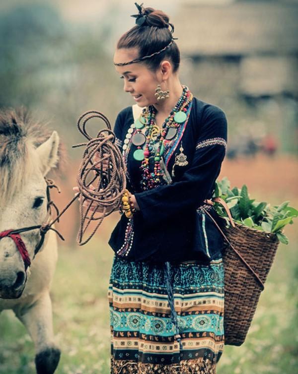 Những bóng hồng diện trang phục dân tộc đẹp mơ mộng - 12