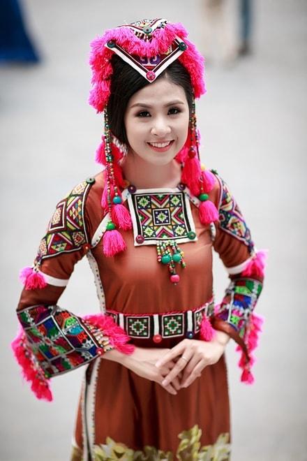Những bóng hồng diện trang phục dân tộc đẹp mơ mộng - 13