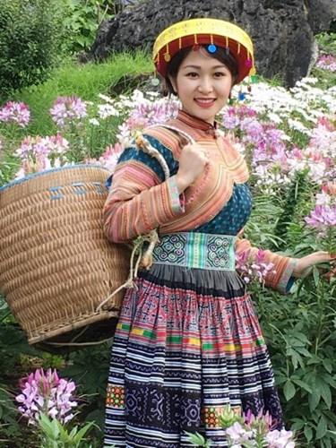 Những bóng hồng diện trang phục dân tộc đẹp mơ mộng - 9