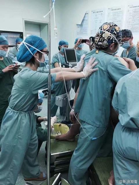 16 y bác sĩ vất vả đỡ đẻ cho bà bầu nặng... 130kg - 4