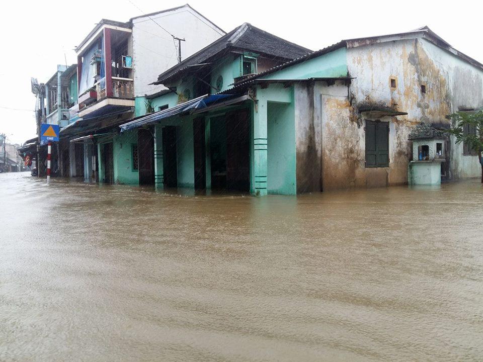 Huế: Lũ dâng cao, dân lội nước mua mì tôm về dự trữ - 1