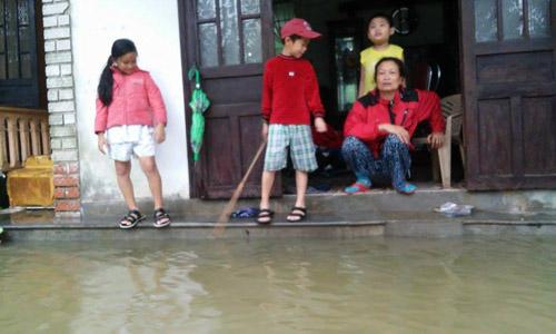 Huế: Lũ dâng cao, dân lội nước mua mì tôm về dự trữ - 10
