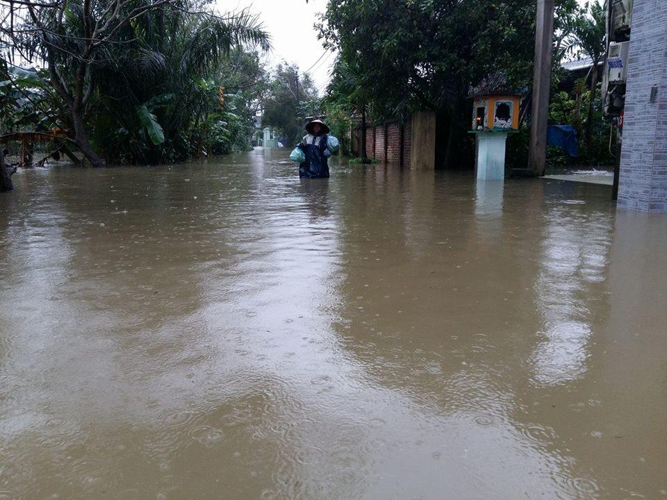 Huế: Lũ dâng cao, dân lội nước mua mì tôm về dự trữ - 7