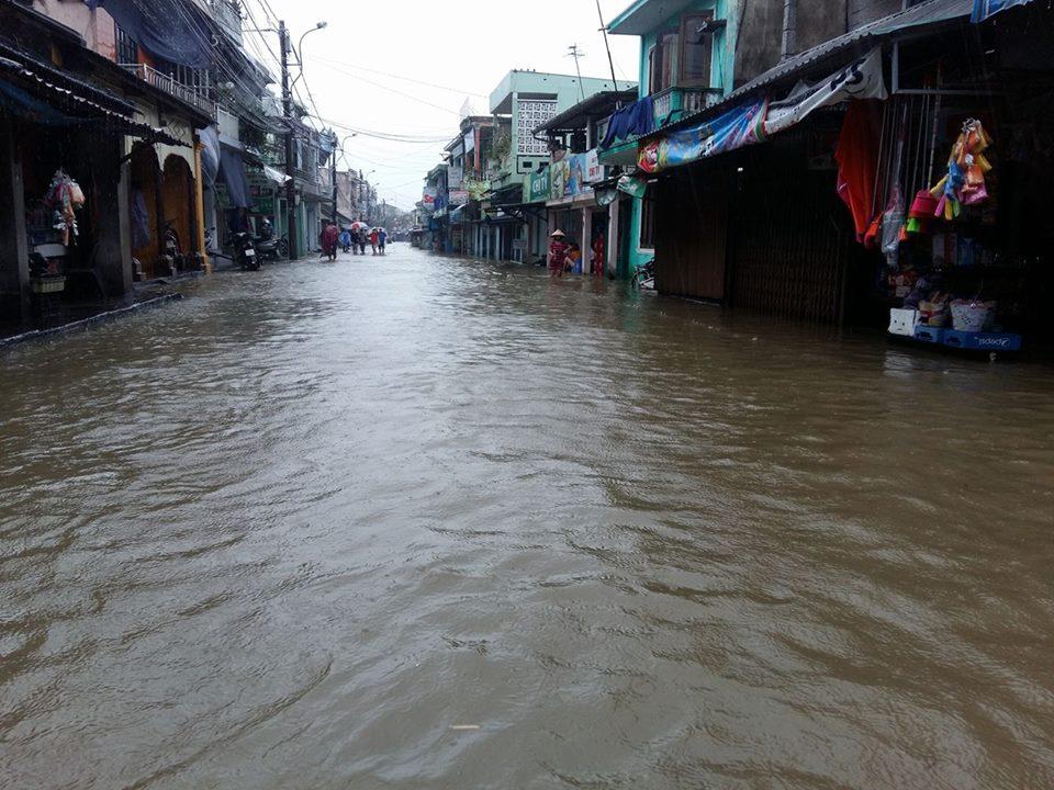 Huế: Lũ dâng cao, dân lội nước mua mì tôm về dự trữ - 9