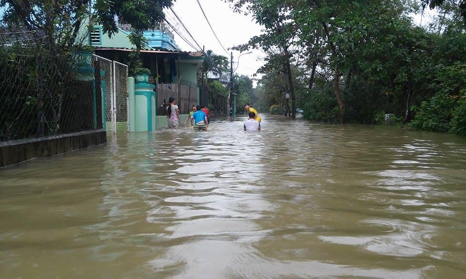 Huế: Lũ dâng cao, dân lội nước mua mì tôm về dự trữ - 12