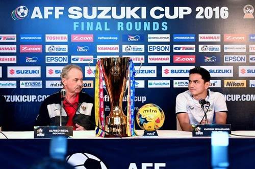 """Tin nhanh AFF Cup 16/12: Riedl và Kiatisak không muốn """"đấu súng"""" - 1"""