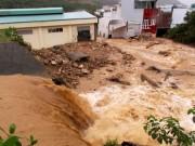 Tin tức trong ngày - Cận cảnh đường phố Nha Trang chìm trong dòng thác lũ