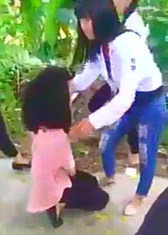 Công an điều tra clip nữ sinh bị xé áo, đánh hội đồng - 2