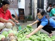 Thị trường - Tiêu dùng - Xăng tăng giá mạnh, lo hàng tết ăn theo