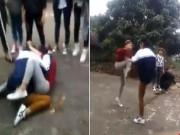 Giáo dục - du học - Hai nữ sinh lao vào đánh nhau, bạn đứng xem rồi cá cược