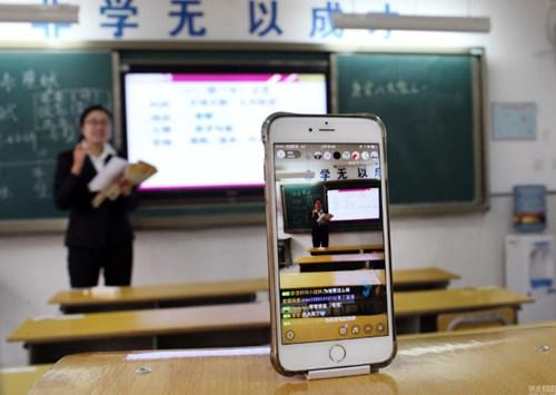 Giáo viên Trung Quốc live stream giảng bài cho học sinh ở nhà vì ô nhiễm - 1