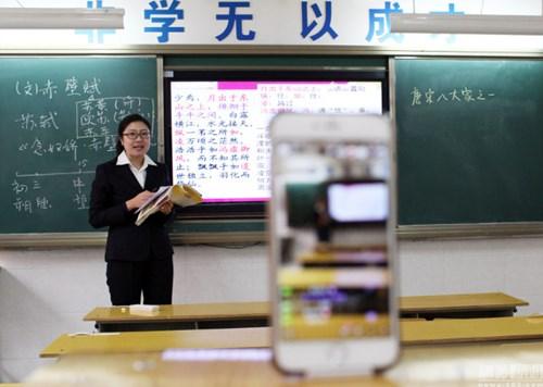 Giáo viên Trung Quốc live stream giảng bài cho học sinh ở nhà vì ô nhiễm - 4