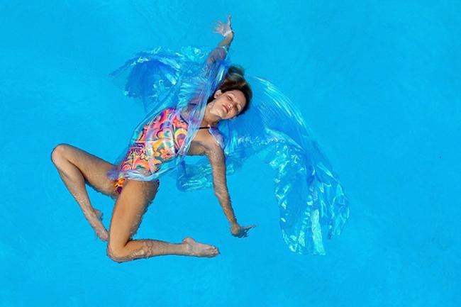 Năm 11 tuổi, cô bắt đầu tham gia các cuộc thi bơi nghệ thuật.