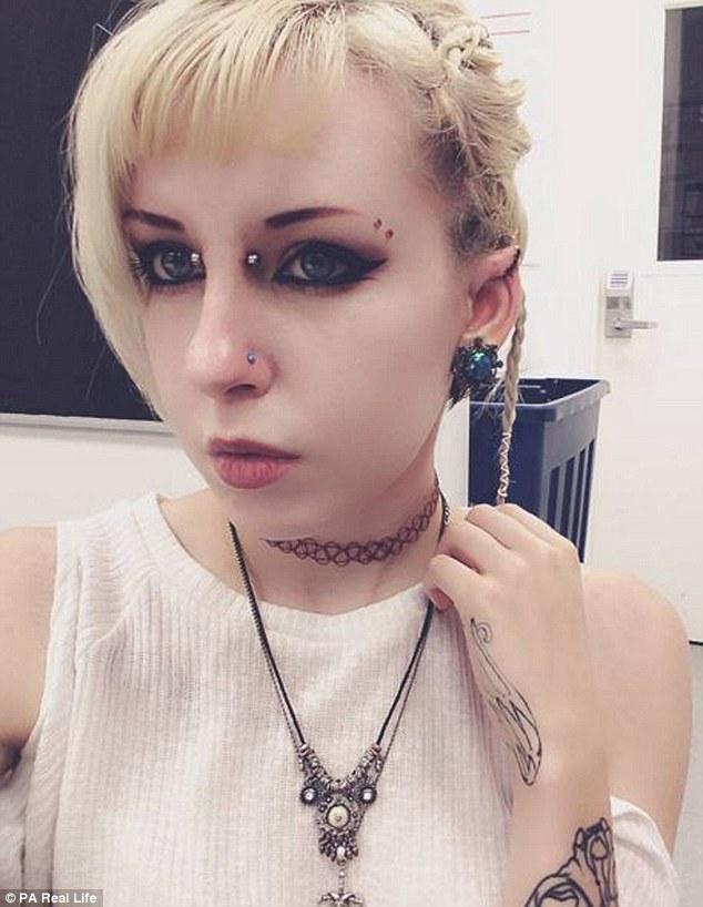 """Cô gái 9X quyết định """"dao kéo"""" để có đôi tai """"yêu tinh"""" - 4"""