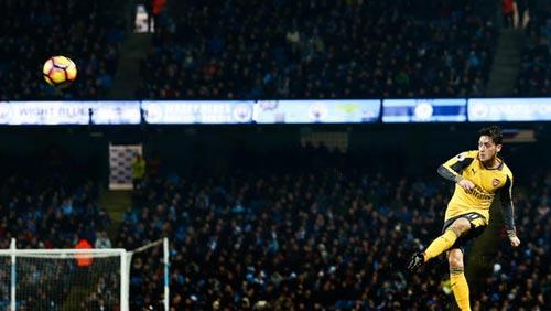 Ozil kiến tạo trở lại: Vượt qua cả sự nghiệp của Xavi - 1