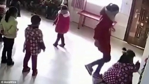 Giáo viên đánh đập học sinh mẫu giáo vì không thuộc bài - 2