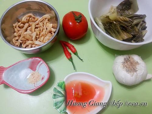 Canh dưa chua nấu tóp mỡ đơn giản mà ngon cơm - 1
