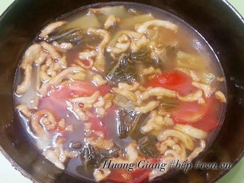 Canh dưa chua nấu tóp mỡ đơn giản mà ngon cơm - 5