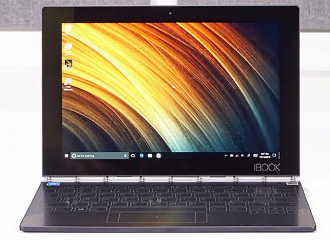 Lenovo vừa cho ra mắt chiếc máy tính bảng laimáy tính xách tayYoga Bookmỏng nhất thế giới tính tới thời điểm hiện. Sản phẩm chỉ dày 9,6mmkhi gập lại - mỏng hơn 35% so với Macbook Pro mới của Apple,vàdày4,05mm ở cạnh mỏng nhất trên thân máy -tương đương với độ dày của 3 đồng xu xếp cùng nhau.